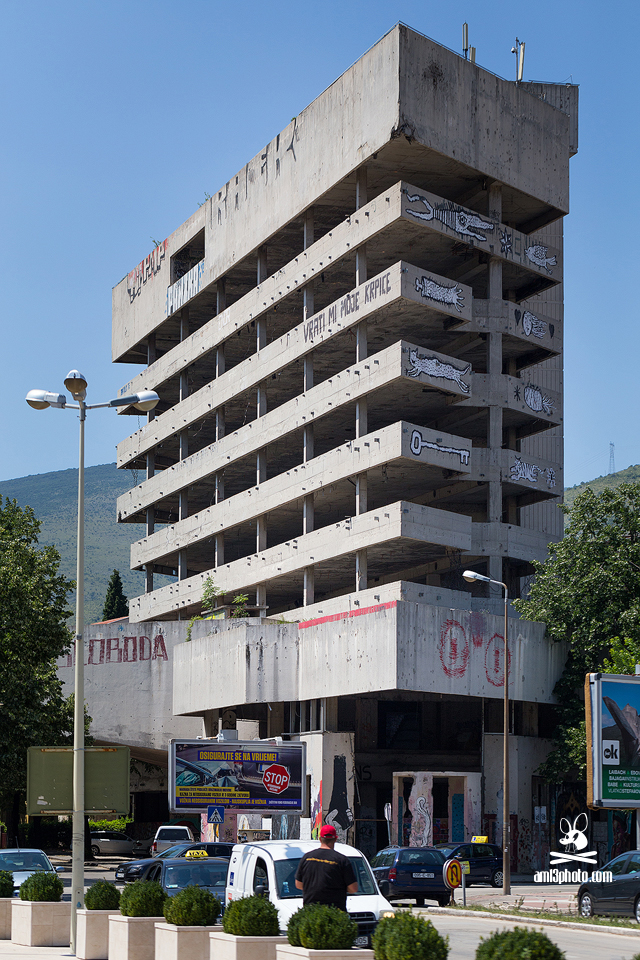 budova nedokončenej banky v Mostare