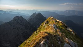 Slovinsko   Mangartské sedlo   Fotograf na hrebeni