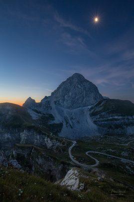 Slovinsko   Mangartské sedlo a skoré ráno keď ešte svietil mesiac