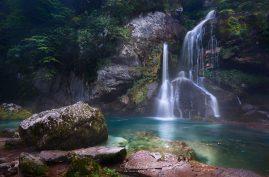 Na toto miesto sme s Martin Kurka dorazili po silnej búrke a všade stúpal opar. Dodalo to tomuto nádhernému vodopádu perfektnú atmosféru. Nocovať sa tu neoplatí. Je to drahé. ;-) Waterfall Virje | Slovenia️ Canon EOS 6D, Canon 16-35mm f/4