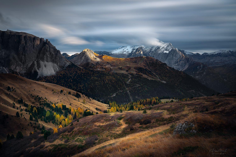 """Jeseň v Dolomitoch v pozadí """"čmudiaca"""" Marmoláda (3 343 m)"""